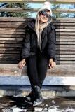 Meisje met Zonnebril in de winterkleren stock afbeelding