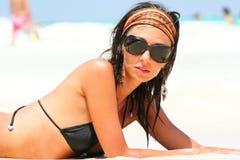 Meisje met zonnebril en swimwear bij het tropische overzees stock foto's