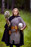 Meisje in middeleeuws pantser, die een uil houden stock afbeelding