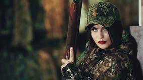 Meisje in militaire eenvormig en met een pomp-actie jachtgeweer Het stellen op camera stock video