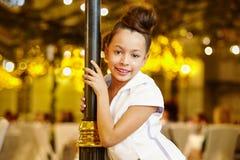 Meisje-model tribunes, leunende decoratieve lantaarnpaal Royalty-vrije Stock Afbeeldingen