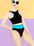 Meisje in modieus sportzwempak Stock Foto