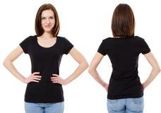 Meisje in modieuze zwarte die t-shirt op witte achtergrond, exemplaarruimte, spatie wordt geïsoleerd stock afbeelding