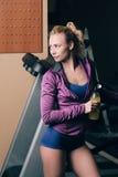 Meisje na jogging met drank stock afbeeldingen