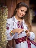 Meisje in nationale kleren royalty-vrije stock afbeeldingen
