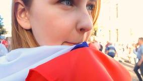 Meisje in nationale vlag wordt verpakt die zich onder menigte, verkiezingscampagne, politiek bevinden die royalty-vrije stock fotografie