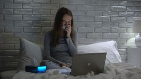 Meisje nauwelijks het schreeuwen, het letten op drama op laptop, maakte zich over persoonlijke problemen ongerust stock footage