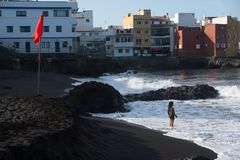 Meisje, oceaan en grote droom stock foto