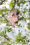 Meisje onder bloeiende appelboom Stock Fotografie
