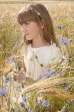 Meisje onder bloemen Stock Afbeeldingen