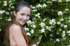 Meisje onder bloemen Stock Afbeelding