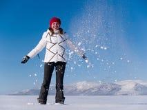 Meisje onder dalende sneeuw Royalty-vrije Stock Afbeeldingen