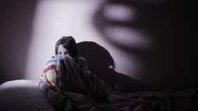 Meisje onder de dekking in de nacht bang van spoken nightmares stock video