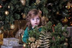 Meisje onder de Kerstboom royalty-vrije stock afbeelding