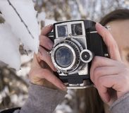 Meisje onder de sneeuw in de winter Stock Afbeeldingen