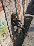 Meisje onder diep gat Stock Afbeelding