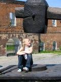 Meisje onder grote hamer Stock Foto
