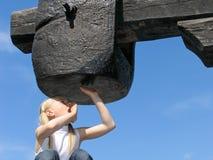 Meisje onder grote hamer Stock Afbeeldingen