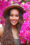 Meisje onder heldere roze bloei royalty-vrije stock foto