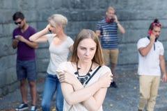 Meisje onder mensen met telefoons stock afbeeldingen