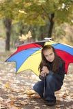 Meisje onder paraplu Stock Afbeeldingen