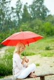 Meisje onder paraplu Royalty-vrije Stock Afbeeldingen