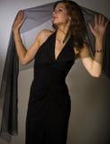 Meisje onder transparante sjaal Stock Foto