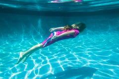 Meisje onderwater Stock Foto's