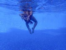 Meisje onderwater in de pool Stock Foto's