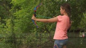 Meisje ontbroken spruit van stuk speelgoed boog stock video