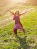 Meisje in Oostelijke kleding, die in aard dansen Stock Foto's