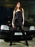 Meisje op achtergrond van de zwarte auto Stock Afbeeldingen