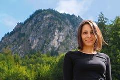 Meisje op backgroung van een berg Stock Foto's