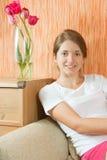 Meisje op bank Stock Afbeelding