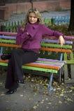 Meisje op bank Stock Foto's