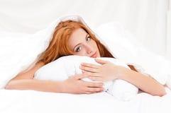 Meisje op bed Royalty-vrije Stock Foto's