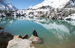 Meisje op bergmeer stock afbeelding