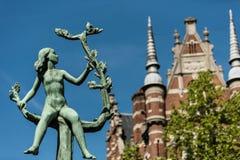 Meisje op bloesemende tak in de stad van Antwerpen, België Stock Afbeeldingen