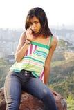 Meisje op cellphone royalty-vrije stock afbeeldingen