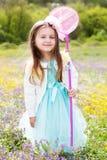 Meisje op de aard met netto vlinder stock afbeeldingen