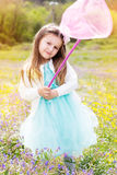 Meisje op de aard met netto vlinder stock fotografie