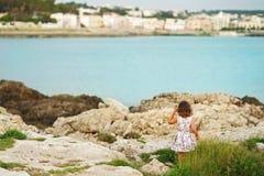 Meisje op de achtergrond van Mediterrane rotsen royalty-vrije stock foto's