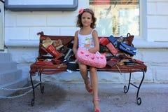 Meisje op de bank Stock Foto