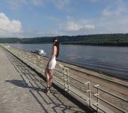 Meisje op de bank van de rivier Stock Fotografie