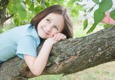 Meisje op de boom Royalty-vrije Stock Afbeeldingen