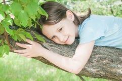 Meisje op de boom Stock Foto's