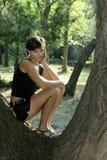 Meisje op de boom in park Royalty-vrije Stock Foto