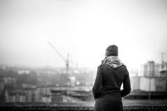 Meisje op de bovenkant van de hoge bouw Stock Foto
