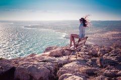 Meisje op de bovenkant van Kaap Greco in Cypruss Stock Foto's