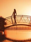 Meisje op de brug Stock Afbeeldingen
